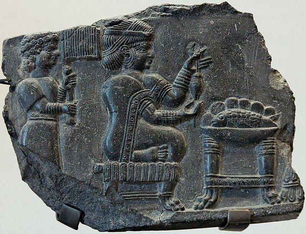 سنگ نگاره زن عیلامی و ندیمه از آثار باستانی دوره عیلامی
